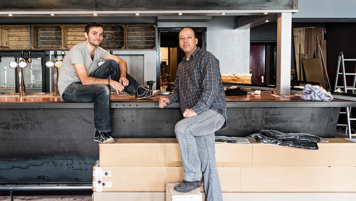 Har Kroon (l) en Robert Voetee: ,,De bierkaart gaat van Amersfoort tot Amerika en van Hertog Jan tot Desperado.''