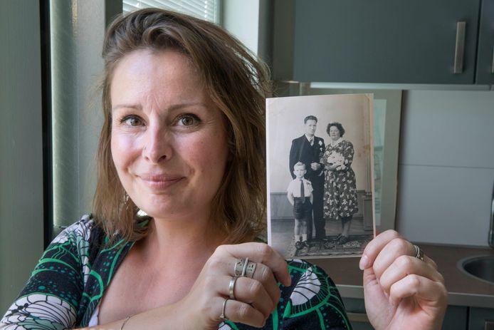 Kim Heijdenrijk met de bruidsfoto waarop George Krul met zijn kersverse bruid Jo is te zien.