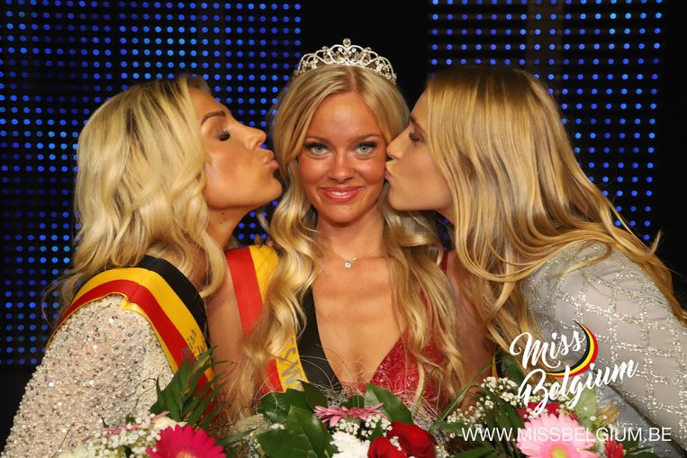 Marieke Vannieuwenhuyse (links) moest bij de verkiezing van Miss West-Vlaanderen de duimen leggen voor Celeste Decaesstecker.