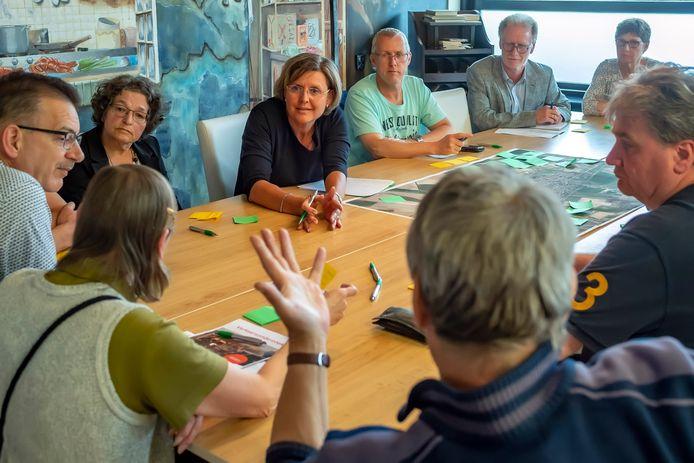 Burgemeester Jobke Vonk-Vedder in gesprek met burgers tijdens rondetafelgesprek.