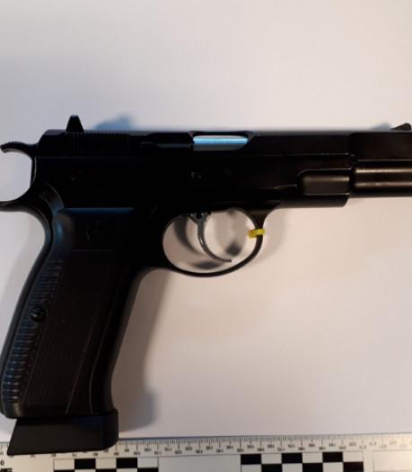 Politie Winterswijk vindt wapen, pepperspray en wiet: één arrestatie