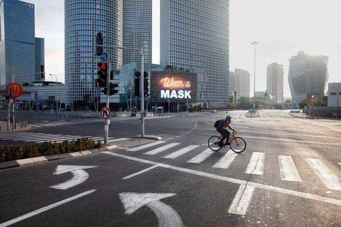 Een eenzame fietser in Tel Aviv.