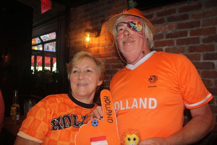 Bob Brouwer en zijn Amerikaanse vrouw Gretta moedigen de Leeuwinnen aan in het officieuze Oranjecafé in New York.