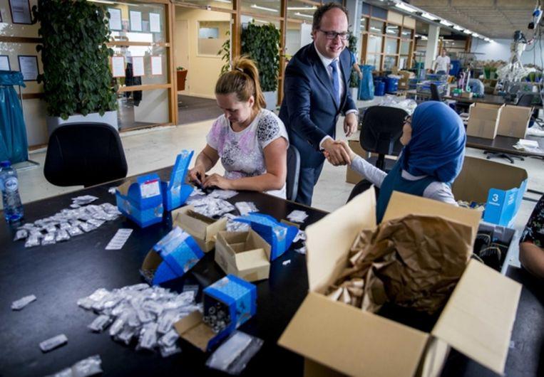 Minister Wouter Koolmees van Sociale Zaken en Werkgelegenheid tijdens een bezoek re-integratiebedrijf DZB Leiden. Beeld Jerry Lampen