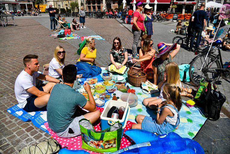 """Grote strandlakens op de Grote Markt en picknicken maar. """"Want als de aarde zo blijft opwarmen, wordt het hier Dendermonde-aan-Zee""""."""