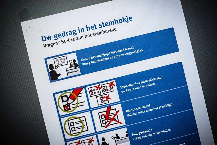 2020-11-16 15:07:25 MOERGESTEL - De laatste voorbereidingen in een stembureau in verzorgingstehuis Park Stanislaus in aanloop naar de herindelingsverkiezingen in de provincie Groningen en Noord-Brabant. ANP ROB ENGELAAR