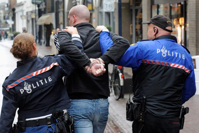 'Arrestatie' tijdens een politietraining in de Bakkerstraat in 2011.