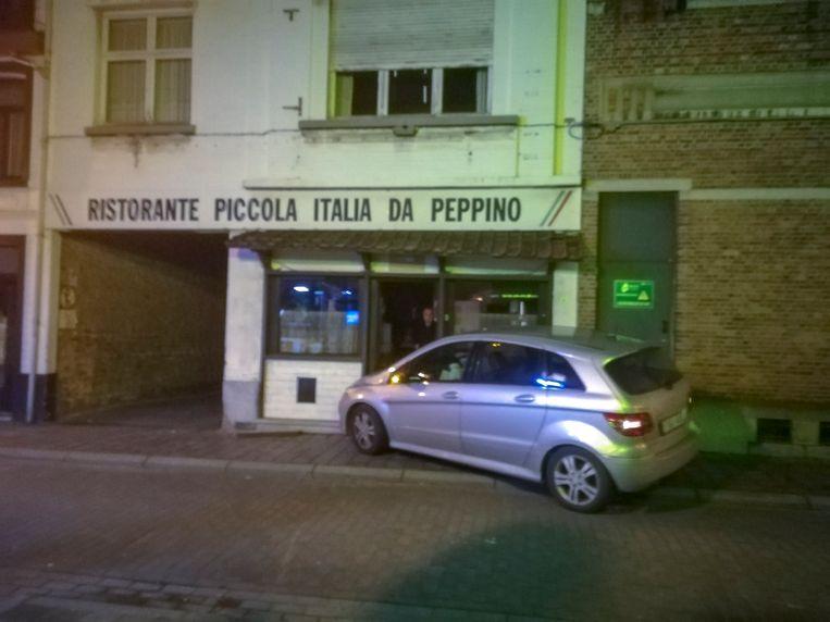 De wagen knalde tegen de voorgevel van het voormalig restaurant Da Peppino, waar Giuseppe en Silvana momenteel wonen.