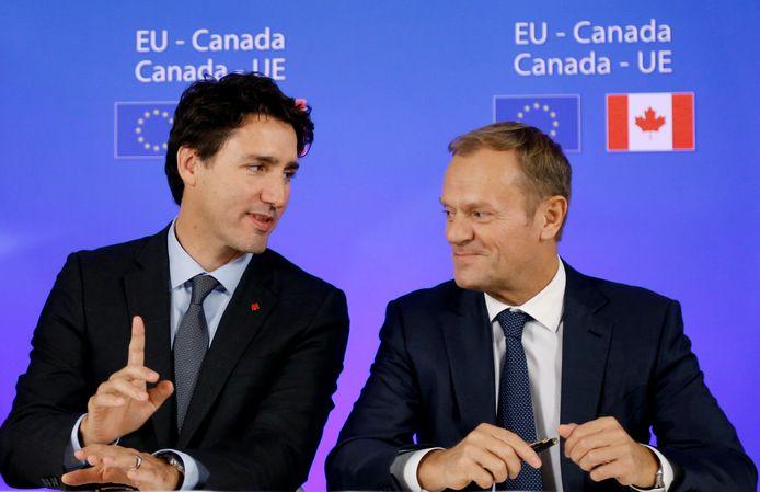De Canadese premier Trudeau en EU-baas Tusk bij de ondertekening van het Ceta-verdrag op 30 oktober 2016.