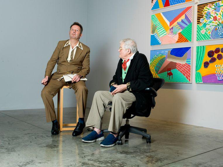 Verslaggever John Schoorl met David Hockney op een tentoonstelling van de kunstenaar in Los Angeles. Beeld null