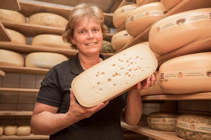Lenny Nieuwenhuijse met een halve 'oude kaas'. Die ligt minstens een jaar te rijpen.