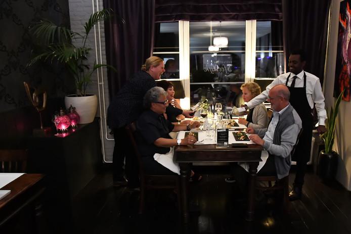 Sfeerfoto van het restaurant Sfeerlijk in Sprang-Capelle. Links eigenaresse Enid Kroot en rechts in de bediening Ahmed.
