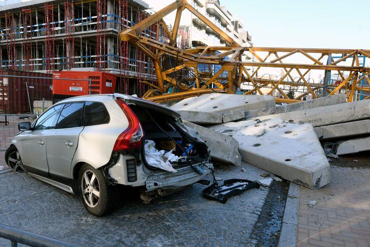 Ook een auto raakte verpletterd onder de torenkraan.