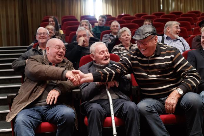 Etten-Leur - 8-11-2018 - Foto: Pix4Profs/Marcel Otterspeer - Filmmaker Stephan Beute maakte een documentairereeks met/van mopperende oude mannen uit Etten-Leur onder de Moeierboom. Vandaag bekeken de hoofdrolspelers de film voor het eerst.