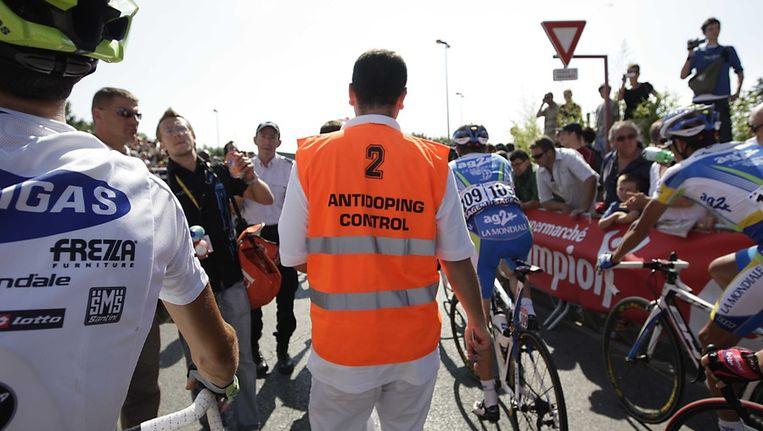 Dopingcontrole tijdens de Tour van 2008. Beeld ANP