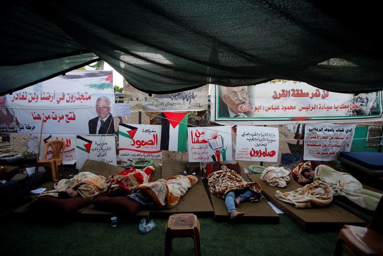 Activisten slapen in een tent in Khan Al Ahmar, het bedoeïenendorp dat door Israël dreigt te worden gesloopt. Beeld Reuters