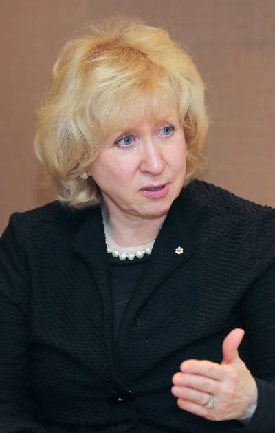 oud-premier-canada-bekritiseert-blote-armen-nieuwslezeressen