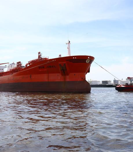 Zeeschip vaart tegen steiger: duizenden liters olie gelekt