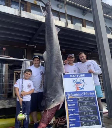 À 8 ans, il pêche un requin de 314 kg