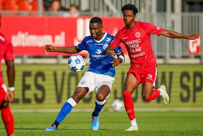 FC Den Bosch speelde dit seizoen al een keer tegen Almere City. Op 20 augustus verloren de Bosschenaren, met hier Brem Soumaoro (links) in duel met Shayon Harrison, een oefenwedstrijd in Almere met 1-0.