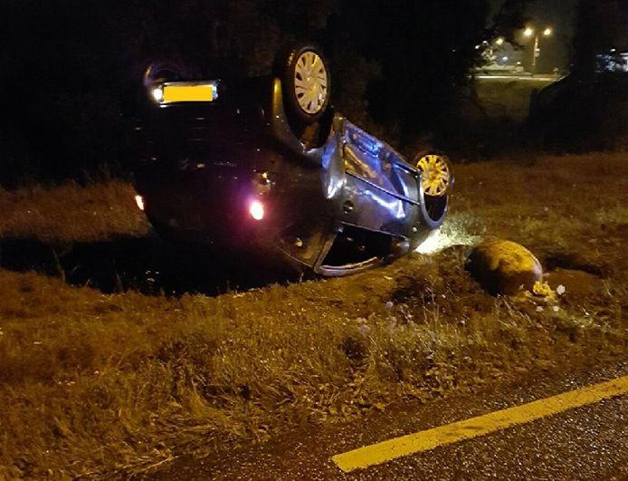 De auto belandde langs de weg.