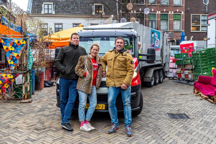 De smalle doorgang op het Domplein ter hoogte van het terras van Grand Café Lebowski. Hier komt dinsdag de bouwkeet. V.l.n.r. Marck Pieterson (eigenaar Brasserie Domplein), Kim Tielemans en Marco Terlou (eigenaren van Grand Café Lebowski).