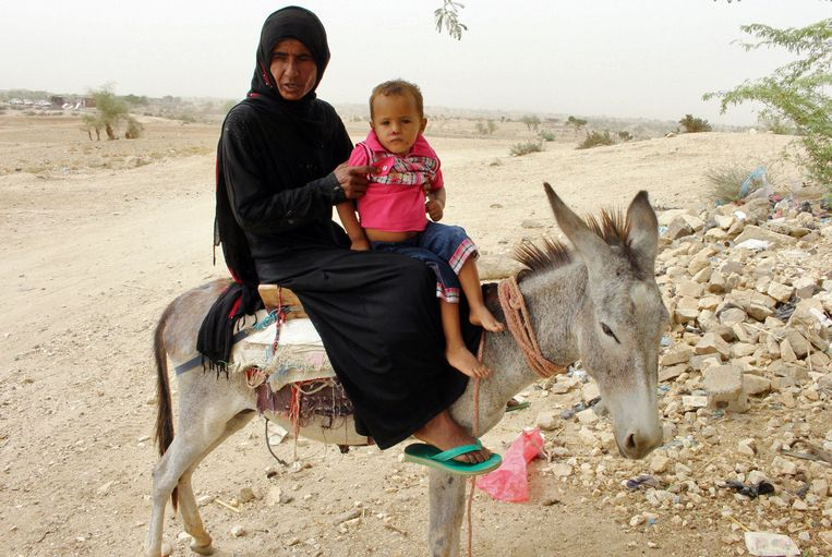 A woman and her child are making their way down to a clinic in Hajjah. Beeld AFP