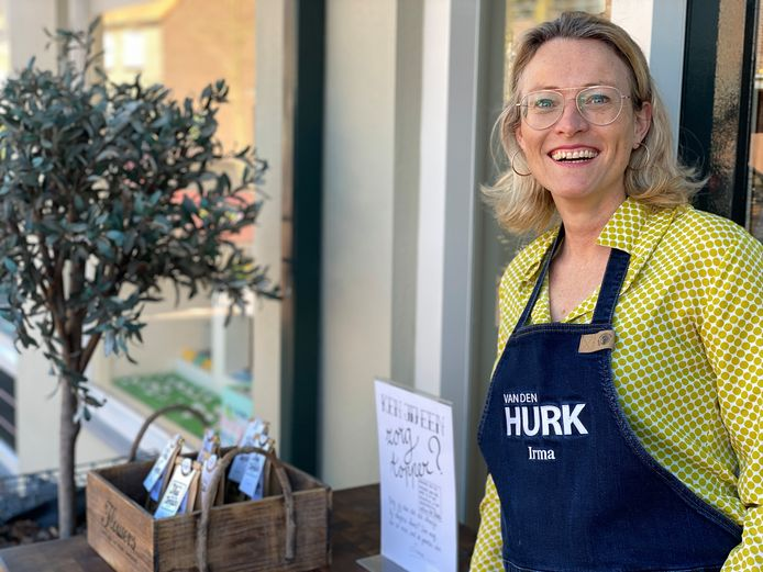 Irma van Diepen van kookwinkel Van de Hurk in Eersel deelt gratis zakjes thee uit aan iedereen die een zorgmedewerker wil verrassen.