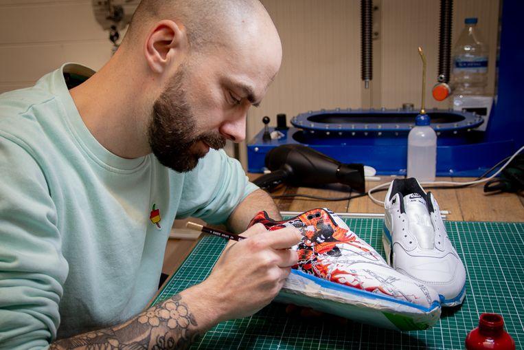 Tijs Van Impe van Tazz Customs pimpt enkele sneakers.
