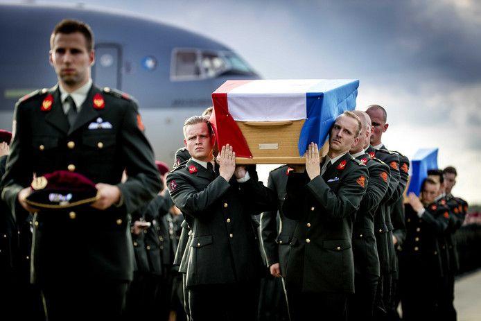 De KDC-10 van de Koninklijke Luchtmacht met aan boord de lichamen van de omgekomen 29-jarige sergeant der 1e klasse Henry Hoving en de 24-jarige korporaal Kevin Roggeveld.