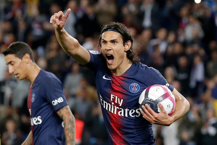 Cavani viert zijn goal.