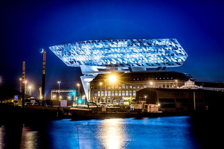In het nieuwe Havenhuis is men tevreden over het voorbije jaar: de totale overslag van goederen in de Antwerpse haven boekt een zevende record op rij.