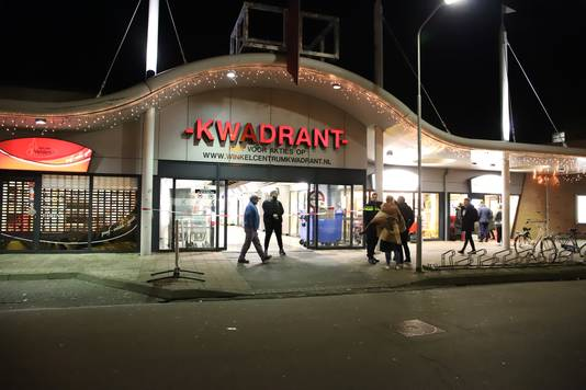 Winkelcentrum Kwadrant aan de Nieuwe Tielseweg in Tiel is ontruimd vanwege de vondst van een verdacht pakketje.