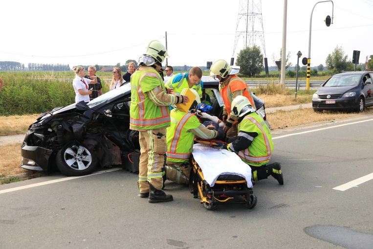 De brandweer moest het slachtoffer bevrijden uit haar auto.