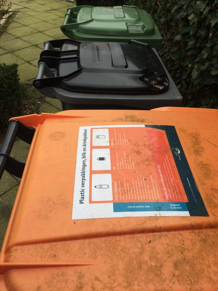 De helft van de inhoud van het PMD-afval bestaat in Deventer uit vuilnis dat huishoudens eigenlijk in de grijze kliko of ondergrondse container (hoogbouw) moeten stoppen, blijkt uit een steekproef.