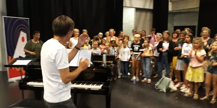 Zangers oefenen voor hun optreden op 'Eén Stad'.