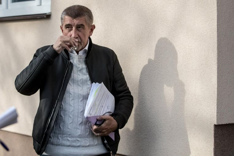 Andrej Babis arriveert op een verkiezingsdebat in Vsetaty, Tsjechië, op 4 oktober. Vandaag en morgen zijn de stembussen open. Beeld epa