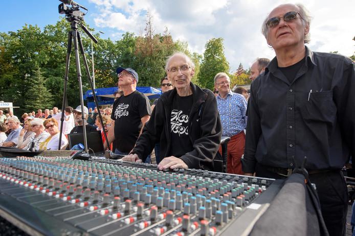Derk Uijthoven (m) vorige week tijdens festival Summer in the City in Eindhoven, zijn laatste klus voor de band Mac Taple.