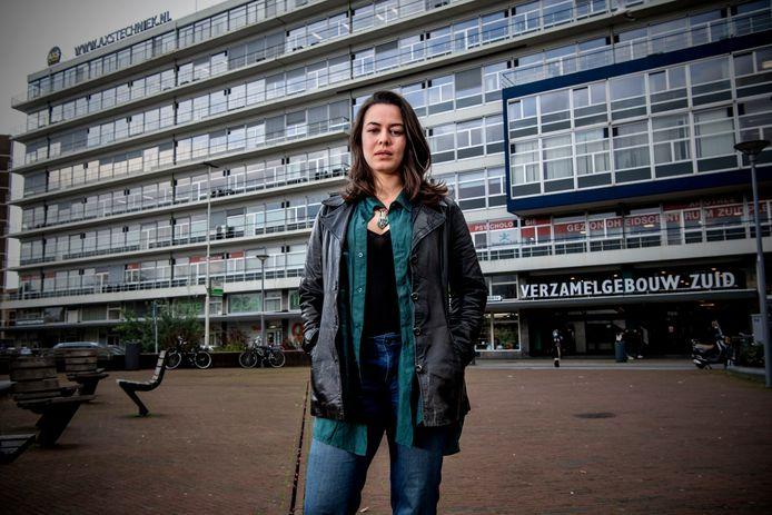 Famke is abortusbuddy. Ze begeleidt cliënten van de abortuskliniek van en naar hun afspraak. Ze staat hier voor de kliniek in Rotterdam.