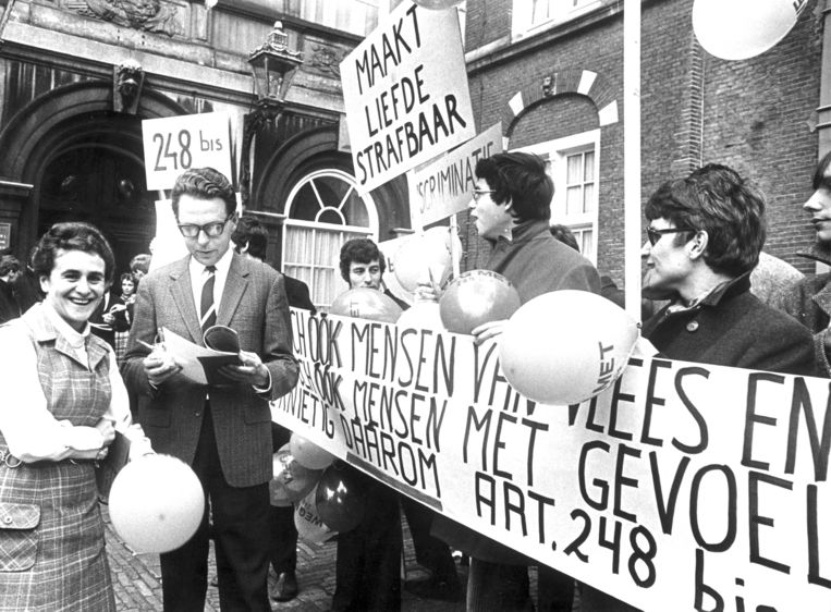 Een beeld van een demonstratie tegen discriminatie in 1969 op het Binnenhof in Den Haag. Beeld ANP