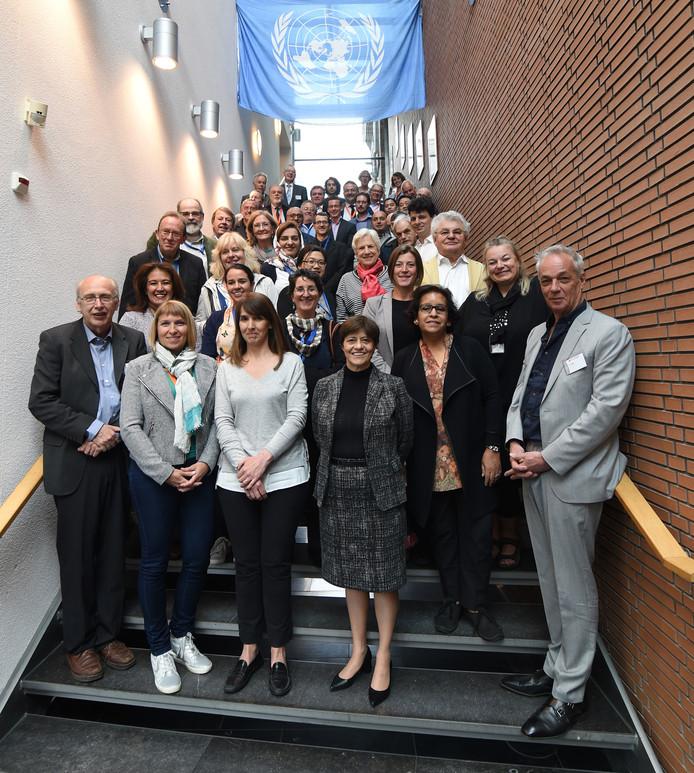 Directies van watermusea, Unesco-vertegenwoordigers en andere deskundigen op de trap in Den Bosch