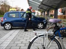 Bestuurster gewond na crash in fietsenhok op Eisenhowerlaan in Alphen