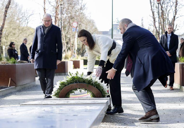 Premier Wilmès en Minister Geens leggen een krans neer.