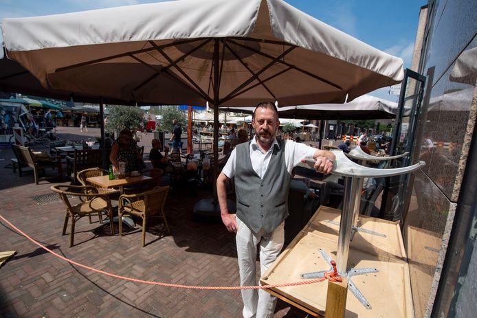 John Damink van Délifrance wil graag meer terrasruimte tijdens de marktdagen, maar dat is hem nog niet gelukt.