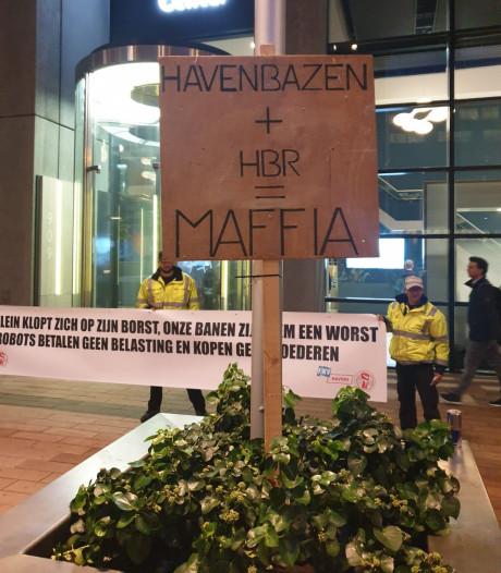Tientallen demonstranten bij Wilhelminakade boos op Havenbedrijf