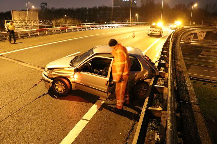Opnieuw is een auto uit de 'varkensbocht' gevlogen bij knooppunt Rijnsweerd in Utrecht.