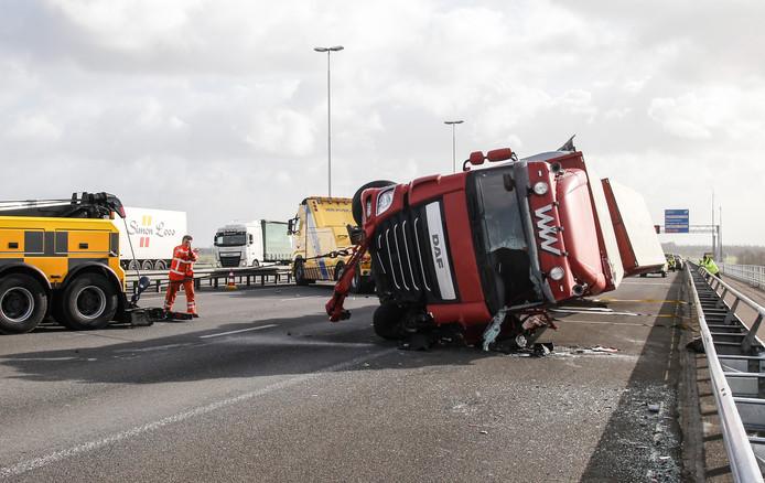 Bergers zetten de gekantelde vrachtwagen weer op z'n kant.