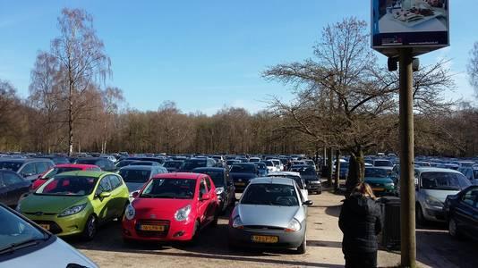 Om de 1.400 extra auto's te parkeren die dagelijks worden verwacht, is aan de rand van Rhenen tijdelijk een extra parkeerplaats, die de druk op de eigen parkeerplaats moet verlichten.