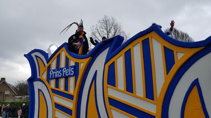 Prins Niek Pels bekeek het ondanks de wind van bovenaf.  In Kruisstraat ging de optocht wél door, maar in heel veel plaatsen in deze regio niet.