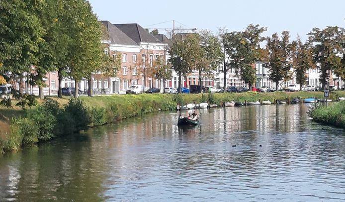 Ligplaatsen voor bootjes in de singels in Breda zijn zeer geliefd. Hier ligt een rij plezierbootjes langs het water aan de Academiesingel.
